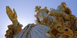 Statue monumentale de la Vierge Marie tenant l'enfant Jésus et Bénissant la vallée.