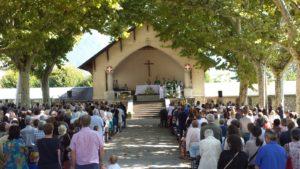 Rassemblement de pèlerins pour une messe à l'extérieur